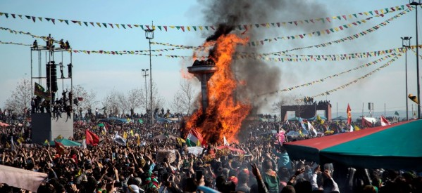 Newroz 2014, i fuochi dei monti illuminano Diyarbakir
