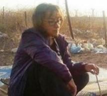 Sindaco donna protesta seduta su un campo minato