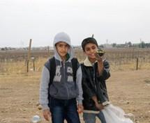 Bambini raccolgono bombole di gas per guadagnare qualcosa