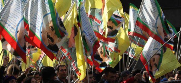 A Düsseldorf prevale la resistenza: sventolano le bandiere di Öcalan