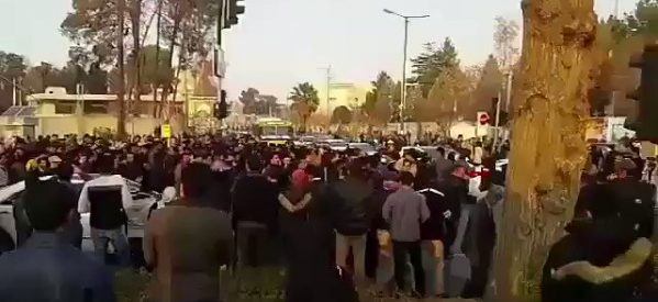 """Manifestati gridano """"Morte alla dittatura"""" in Iran e Rojhilat"""