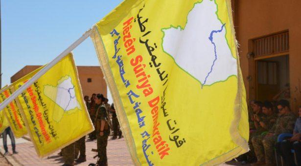 Bandiera delle FDS piantata a Baghouz per segnare la vittoria su ISIS